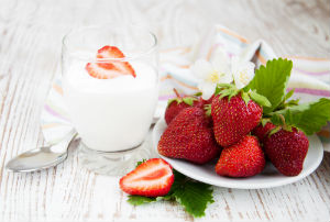 yogurt-and-strawberries-against-wood